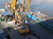 Ein Spezialkran hebt das vor fast zwei Wochen in der Donau bei Budapest gesunkene Touristenboot aus dem Wasser. (Bild: KEYSTONE/AP/DARKO BANDIC)