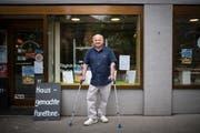 Braucht wegen Arthrose Gehhilfen: Pietro Cappelli (59) vor seinem Laden im Linsebühl. (Bild: Benjamin Manser)