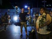 Protestierende vor dem schwerbewachten Parlament in Hongkong, dem Legislativrat. (Bild: KEYSTONE/AP/VINCENT YU)