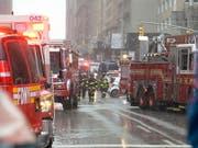 Grosseinsatz in Manhattan: Die Ursache des Helikopterabsturzes auf ein Hochhaus war auch am Dienstag unklar. (Bild: KEYSTONE/EPA/PORTER BINKS)