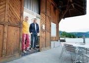 Wirt Bruno Neuweiler (links) und Gemeinderat Beat Wyss am Eingang des Seebeizlis Studenhütte. (Bild: Stefan Kaiser, Oberägeri, 6. Juni 2019)