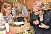 Goldschmiedin Manuela Kranz Brötz (Mitte) berät die beiden Workshop-Teilnehmerinnen Lydia und Corrina bei der Feinarbeit zum Wachsmodell in ihrer Werkstatt Zur Goldschmitte. (Bild: Heidy Beyeler)