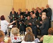 Der Männerchor Au Berneck unter der Leitung von Marta Flesch sang Lieder über den Wein sowie die Sehnsucht, die Ferne und die Freude am Heimkommen. (Bild: Ulrike Huber)
