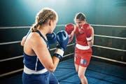 Ein Boxkampf leitet den vorletzten «Tatort» aus Luzern ein. Rau geht es dann auch weiter: mit einer Kellergeisel und viel Zoff im Knast. (Bild: SRF/Daniel Winkler)