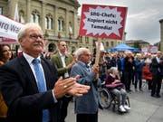 Ständerat Beat Vonlanthen (CVP/FR) an einer Protestveranstaltung zur Rettung des Radiostudios Bern. (Bild: KEYSTONE/ANTHONY ANEX)