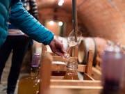 Schweizer Weinkontrolleure haben im vergangenen Jahr 1336 Betriebe kontrolliert. In 19 Fällen wurden dabei gravierende Mängel festgestellt. (Bild: KEYSTONE/GAETAN BALLY)