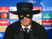 Versprechen eingelöst: Paulo Fonseca erschien 2017 als Zorro zur Pressekonferenz, nachdem sein Team Schachtar Donezk dank einem Sieg gegen Manchester City den Einzug in die Achtelfinals der Champions League geschafft hatte (Bild: KEYSTONE/AP/EFREM LUKATSKY)