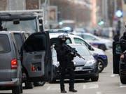 Die französische Eliteeinheit Raid hat in der Nacht auf Mittwoch eine Geiselnahme in einem Gefängnis in Nordfrankreich beendet. (Bild: KEYSTONE/AP/JEAN-FRANCOIS BADIAS)