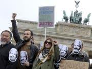 Demonstranten auf der ganzen Welt protestieren gegen eine mögliche Auslieferung Assanges an die USA - darunter im Mai auch der chinesische Künstler Ai Weiwei in Berlin. (Bild: Keystone/AP DPA/WOLFGANG KUMM)