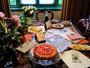 Erinnerung zum 90. Geburtstag von Anne Frank: Ein Tisch im Anne-Frank-Haus in Amsterdam ist mit den Geschenken dekoriert, die sie zum 13. Geburtstag erhalten hatte, unter ihnen das karierte Tagebuch. (Bild: KEYSTONE/AP/MICHAEL C. CORDER)