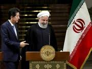 Iran bleibt trotz Japans Vermittlungsbemühungen hart: Der japanische Regierungschef Shinzo Abe mit Präsident Hassan Ruhani in Teheran. (Bild: KEYSTONE/AP/EBRAHIM NOROOZI)