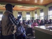 Das Spital-Personal in Bwera wird über Sicherheitsvorkehrungen informiert. (Bild: Keystone/AP International Rescue Committe/BEN WISE)