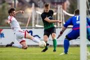 Ebikons Hariz Osmanbasic (mitte) in einem Spiel im April 2018 gegen den FC Nottwil. (Bild: Philipp Schmidli, Ebikon)
