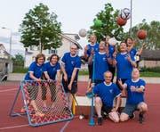Die Mitglieder des TSV Concordia Baar werben mit blauen T-Shirts für das 17. Zentralschweizer Sportfest Zug 2020. (Bild: PD)