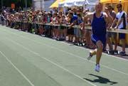 Legt die Gamser Pendelstafette so richtig los, sind die Läufer fast schneller als ihre Schatten. (Bild: Robert Kucera, Grabs, 9. Juni 2018)