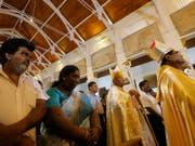 Erste Messe in der von den Anschlägen betroffenen Kirche in Colombo: Kardinal Malcolm Ranjith (zweiter von rechts) zelebriert sie mit Überlebenden. (Bild: KEYSTONE/AP/ERANGA JAYAWARDENA)