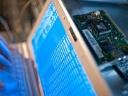 Der Verein Digitale Gesellschaft kritisiert, dass mit der Kabelaufklärung der gesamte Fernmeldeverkehr überwacht wird. (Bild: KEYSTONE/GAETAN BALLY)