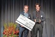 Martin Neuckel (links) und Manuel Hug von SoFlow haben den Preis für den Sieg beim Startfeld Diamant entgegengenommen. (Bild: Urs Bucher)