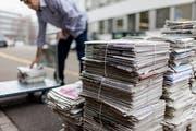 Die einzig richtige Art, Altpapier fürs Einsammeln bereit zu stellen: mit Schnur gebündelt. Papiertragtaschen sind für diesen Zweck ungeeignet. (Bild: Gaetan Bally/KEY - 9. Januar 2013)