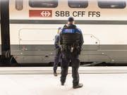 Die SBB haben sich von einem Transportpolizisten getrennt, der offenbar durch rassistische Facebook-Posts aufgefallen war. (Bild: KEYSTONE/CHRISTIAN BEUTLER)