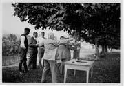 In den Anfangsjahren – hier eine Aufnahme von 1927 – wurde noch mit Anzug und Krawatte aufs freie Feld geschossen. (Bilder: PD/Pistolenclub Malters)