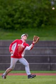 Ein Spieler der verteidigenden Feldmannschaft fängt einen Ball aus der Luft – und ist damit für ein «Fly-Out» des Schlagmanns verantwortlich.