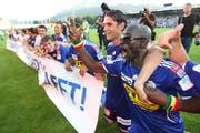 13. Juni 2009 im Stadion Allmend: Die FCL-Spieler feiern den Ligaerhalt, mit dabei der heutige YB-Trainer Gerardo Seoane gemeinsam mit Joetex Frimpong (rechts). (Bild: Philipp Schmidli)