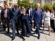 Gäste an der 20-Jahr-Feier zum Abzug der Serben aus dem Kosovo: Präsident Hashim Thaci, die ehemalige US-Aussenministerin Madeleine Albright und Ex-US-Präsident Bill Clinton. (Bild: KEYSTONE/EPA/VALDRIN XHEMAJ)