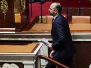 Klimapolitik im Zentrum: Der französische Premierminister Edouard Philippe bei seiner Regierungserklärung vor der Nationalversammlung in Paris. (Bild: KEYSTONE/EPA/CHRISTOPHE PETIT TESSON)