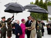 Empfang unterm Regenschirm: Irlands Präsident Michael Higgins (dritter von links) und seine Frau Sabina Coyne begrüssen das niederländische Königspaar Willem-Alexander und Máxima in Dublin. (Bild: KEYSTONE/AP PA/BRIAN LAWLESS)