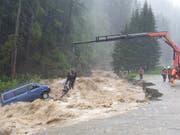 Rettung in höchster Not: In Splügen mussten zwei Personen aus den Fluten des «Hüscherabach» gerettet werden. Es handelt sich um zwei deutsche Touristen, die im Schlaf vom Wasser überrascht wurden. (Bild: Kapo GR)
