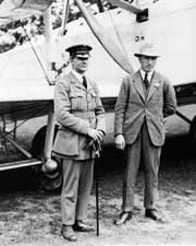 Navigator Arthur Brown und Pilot John Alcock vor der Vickers Vimy im August 1919. (Bild: Alamy)