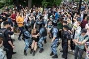 Ein Teilnehmer des Protestmarsches in Moskau wehrt sich gegen seine Verhaftung. (Bild: Pavel Golovkin/AP (12. Juni 2019))