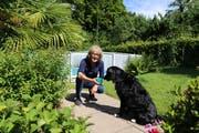 Wenn das Wetter schön ist, ist Maureen Müller draussen. Und spielt zum Beispiel in ihrem Garten in Rorschach mit Hund Bobbi. (Bild: Jolanda Riedener)