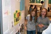 Lorraine Weh (rechts) und Lynn Bucheli gestalteten den Buchumschlag. (Bilder: Sepp Odermatt (Buochs, 12. Juni 2019))