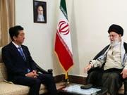 Der japanische Premierminister Shinzo Abe versucht bei seinem Treffen mit Ayatollah Ali Khamenei im Atomstreit zu vermitteln. (Bild: Keystone/EPA Iranian supreme leader offic/HANDOUT)