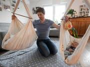 Unter anderem, weil es in der Schweiz keinen gesetzlich verankerten Vaterschaftsurlaub gibt, bildet die Schweiz das Schlusslicht in der Unicef-Studie. (Bild: Keystone/APA/APA/HANS KLAUS TECHT)