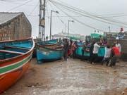 Indische Fischer bringen in Veraval ihre Schiffe vor dem Zyklon in Sicherheit. (Bild: Keystone/EPA/DIVYAKANT SOLANKI)
