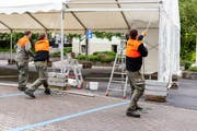 Auch der Zivilschutz hilft beim Aufbau mit. (Bild: ZSO Emme)