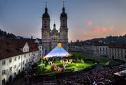 Die Bühne der St. Galler Festspiele steht mehrere Wochen auf dem Klosterplatz. (Bild: Urs Bucher)