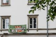 Hinweis auf den Frauenstreik vom Freitag an einer Stadtsanktgaller Hausfassade. (Bild: Adriana Ortiz Cardozo - 7. Juni 2019)