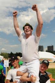 15. Juni 2013: Andi Imhof bejubelt seinen Triumph in Biel. (Bild: Boris Bürgisser)