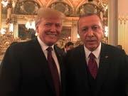 Der türkische Präsident Recep Tayyip Erdogan (rechts) will US-Präsident Donald Trump von der Richtigkeit seines Waffendeals mit Russland überzeugen. (Bild: KEYSTONE/EPA TURKISH PRESIDENTIAL OFFICE HANDOUT)