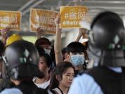 Erneut ist die Polizei mit einem Grossaufgebot vor dem Parlament im Einsatz. (Bild: Keystone/AP/KIN CHEUNG)