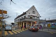 Blick auf den Bahnhof Pfäffikon. Hier soll der Bushof saniert werden. (Archivbild Keystone)