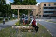 OK-Präsident Thomas Zemp bei einem dekorierten Holzbrunnen an der Ringstrasse. (Bild: Nadia Schärli, Horw, 13. Juni 2019)