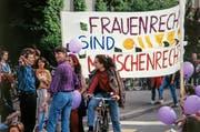 Am Schweizer Frauenstreik vom 14. Juni 1991 beteiligen sich Hunderttausende von Frauen landesweit an Streik- und Protestaktionen wie hier eine Gruppe von Frauen auf dem Helvetiaplatz in Zürich. Motto des Streiks war «Wenn Frau will, steht alles still». (Bild: KEYSTONE/Walter Bieri, 14. Juni 1991)