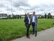 Die Bauherren Ruedi und Urs Heim vor den Bauvisieren auf dem Aadorfer Areal Wasserfuri. (Bild: Kurt Lichtensteiger)