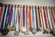 Medaillen zieren die Wände der Läuferin. (Bild: Andrea Stalder)
