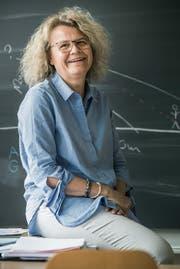 Schulleiterin und Lehrerin Doris Bachmann sitzt auf dem Pult in einem Klassenzimmer. (Bild: Andrea Stalder)